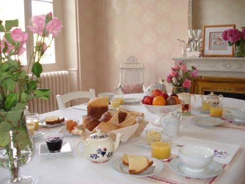 Petit d jeuner gastronomique villa madeleine chambres - Table dejeuner au lit ...